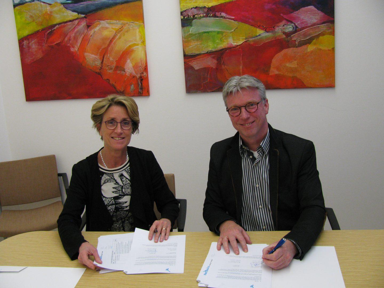 Jacqueline Noltes ondertekent de samenwerking met Corpio